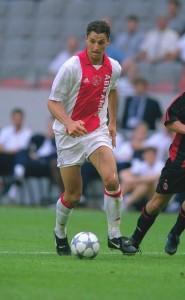 Em 2001, Zlatan Ibrahimović veste a tradicional camisa do Ajax.