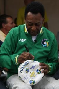 """""""Até a bola pedia autógrafo para Pelé"""", poetiza o jornalista Armando Nogueira"""