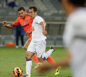 Éverton Ribeiro em uma de suas arrancadas pelo Cruzeiro no Brasileirão 2013