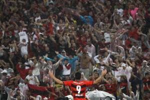 Hernane comemora gol com a torcida do Flamengo