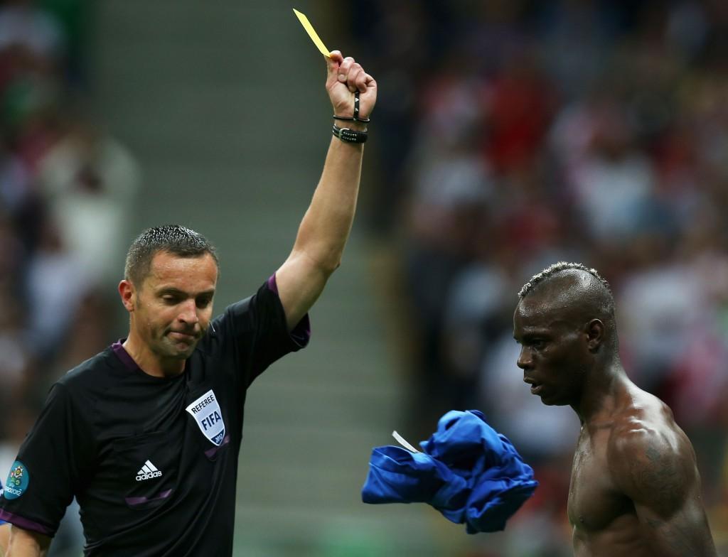 Copa das Confederações 2013: amarelo para Balotelli por tirar a camisa.