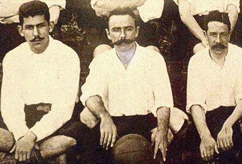 Charles Muller ao centro com a bola.