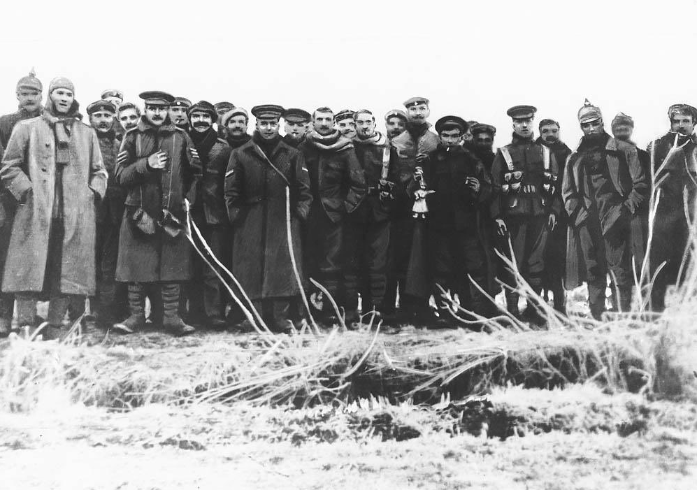 1914 German and British troops Christmas