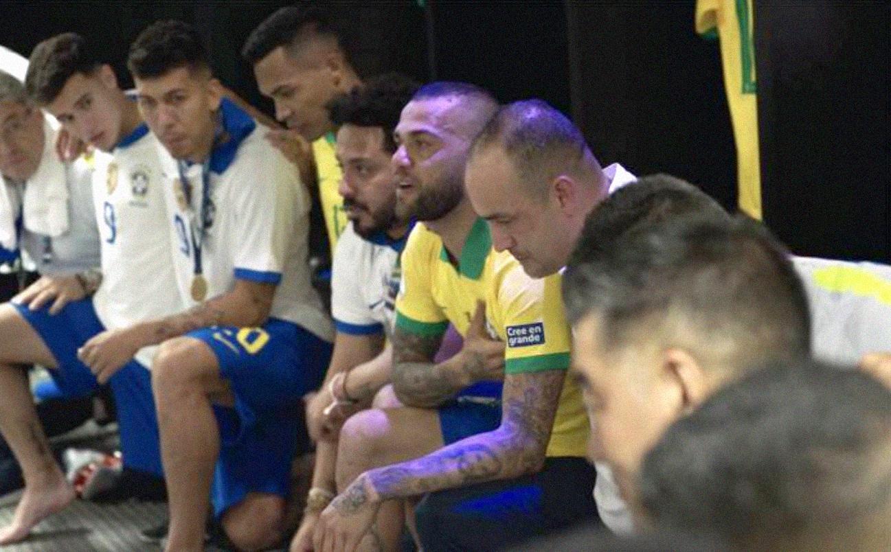 Daniel Alves, no vestiário da seleção brasileira, fala emocionado sobre a conquista do título da Copa América. Ele foi o capitão na conquista do torneio continental, disputado no ano passado no BrasilAmazon Prime Video/Divulgação