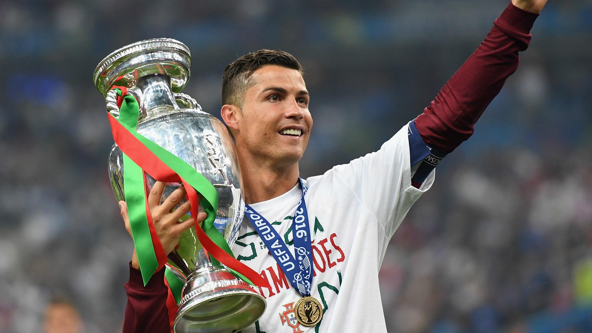Cristiano Ronaldo com a Taça da Euro 2016.