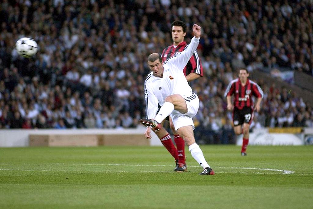 Zidane na final de 2001 contra o Bayer Leverkusen