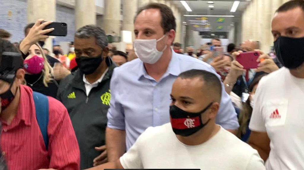 Chegada de Rogério: aeroporto do Rio e torcida do Flamengo em festa.