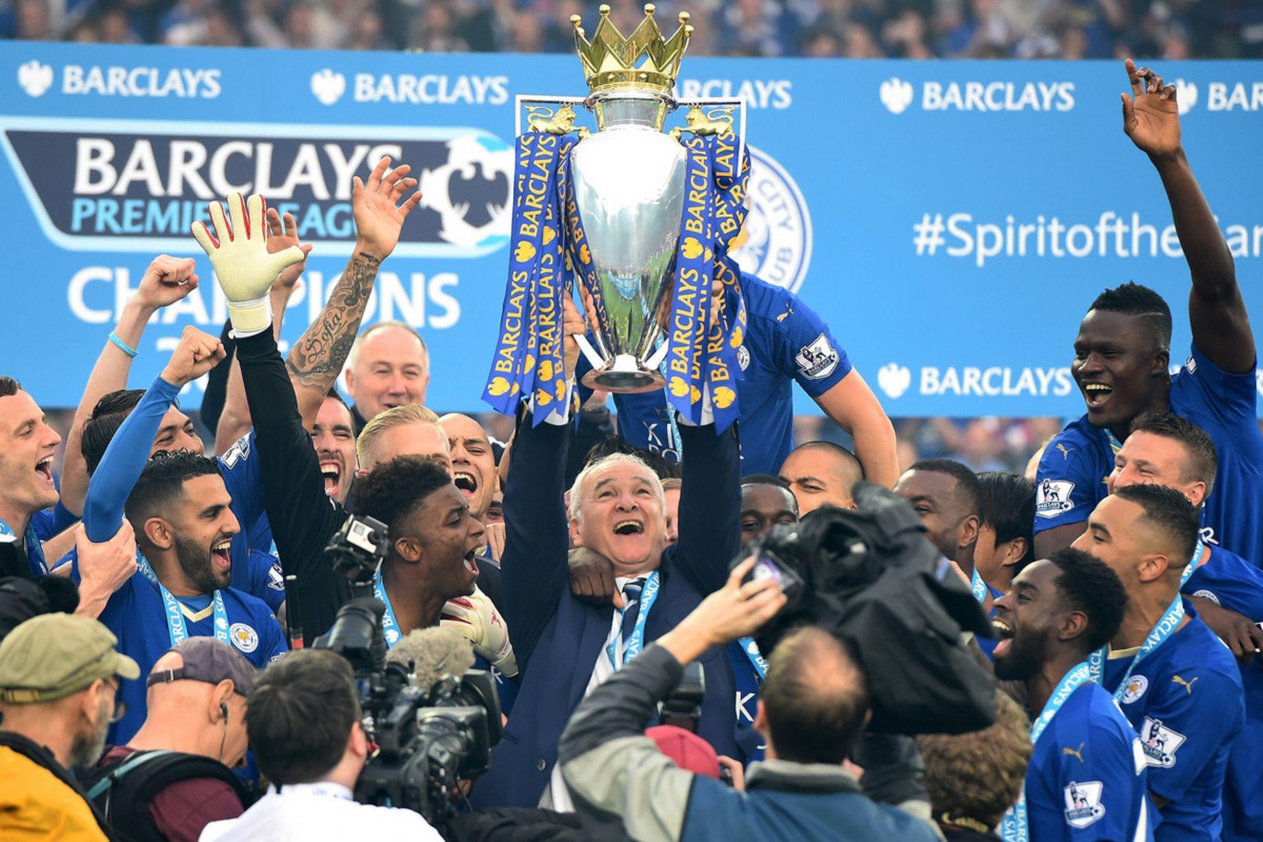 Claudio Ranieri ergue o troféu da Premier League em 2015/16.