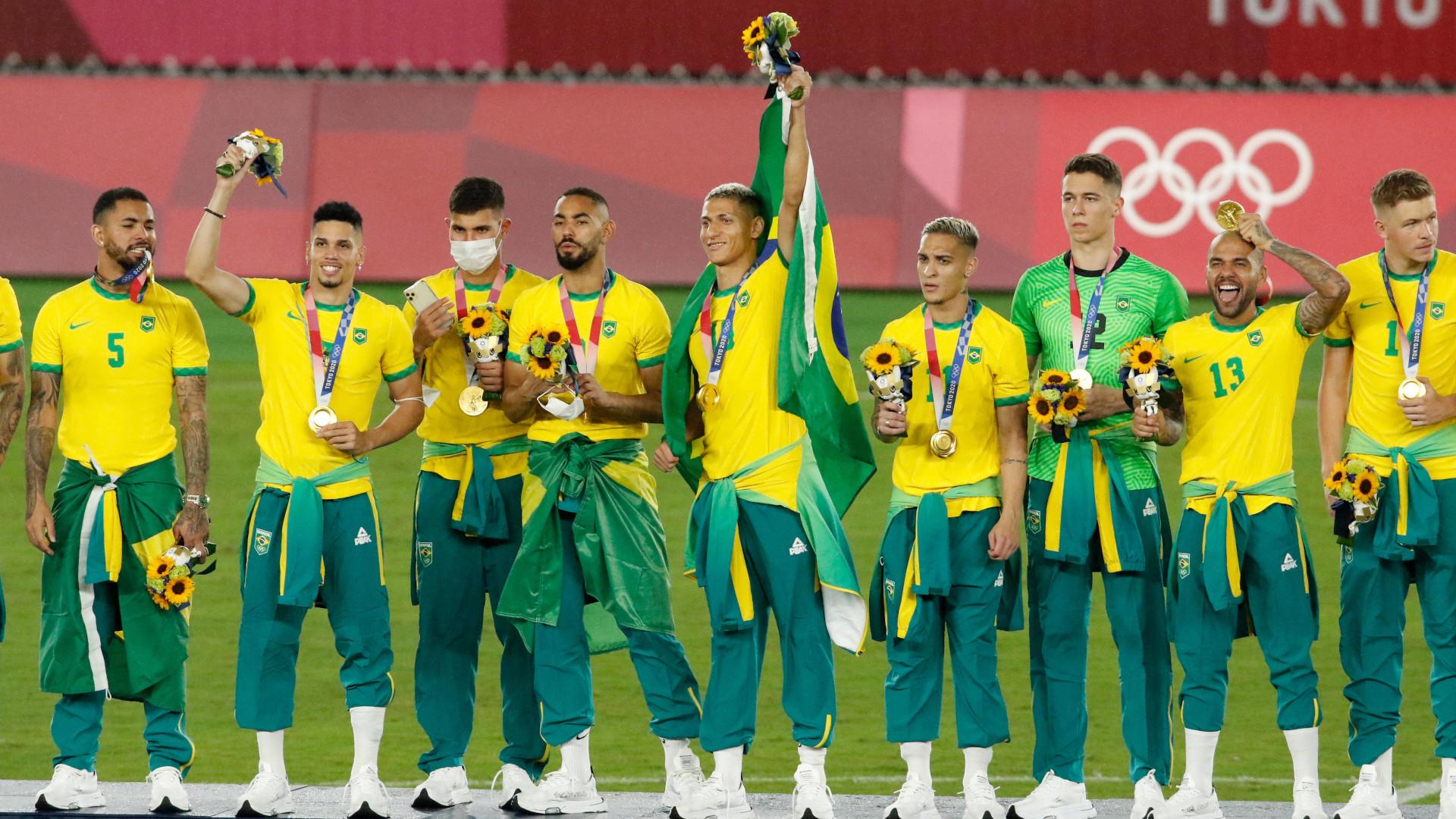 """Jogadores brasileiros não usaram agasalho Peak do """"Time Brasil"""". Foto: OneFootball"""